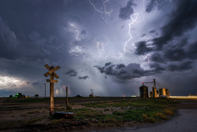 Incredible lightning show in Hugoton, Kansas. (Photo by Dennis Oswald/Caters News)