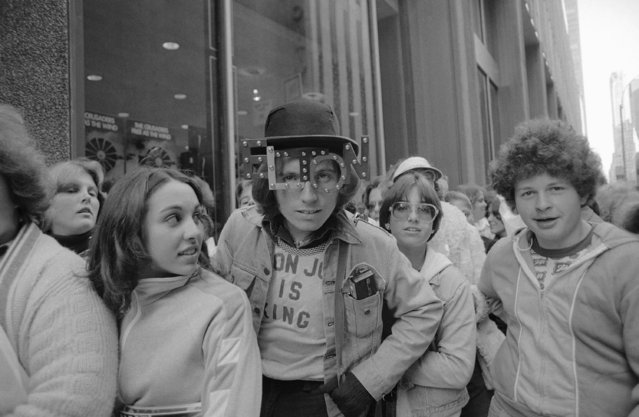 Fans of rock superstar Elton John wait outside a Sam Goody record store where he his signing autographs, October 12, 1977 in New York. (Photo by Dan Grossi/AP Photo)