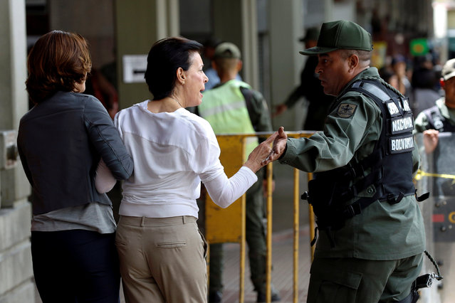 Antonieta Mendoza (C), mother of jailed Venezuelan opposition leader Leopoldo Lopez, argues with a Venezuelan National Guard while she arrives to attend his hearing at a courthouse in Caracas, Venezuela August 18, 2016. (Photo by Carlos Garcia Rawlins/Reuters)