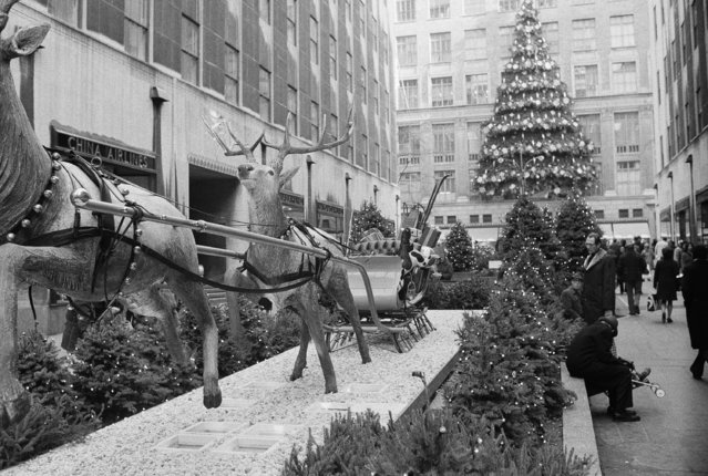 Christmas scenes at Rockefeller Center mall in New York City on December 17, 1974. (Photo by Dave Pickoff/AP Photo)