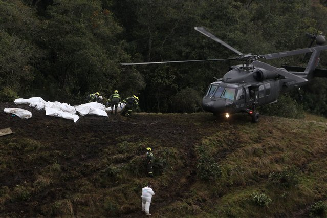 Rescue workers retireve bodies and search for survivors of the plane crash in the municipality of La Union, Department of Antioquia, Colombia, 29 November 2016. (Photo by Luis Eduardo Noriega A./EPA)