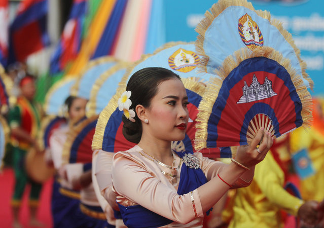 Cambodia's dancers perform during a ceremony at the headquarters of the Cambodian People's Party (CPP) to mark the 38th anniversary of the toppling of Pol Pot's Khmer Rouge regime in Phnom Penh, January 7, 2017. (Photo by Samrang Pring/Reuters)
