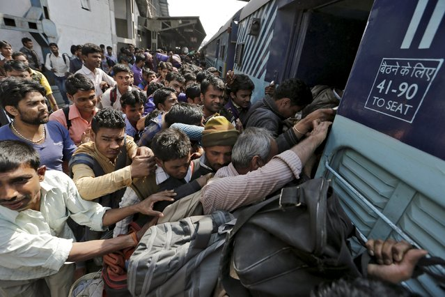 People board a passenger train at a railway station in New Delhi, India, February 25, 2016. (Photo by Anindito Mukherjee/Reuters)