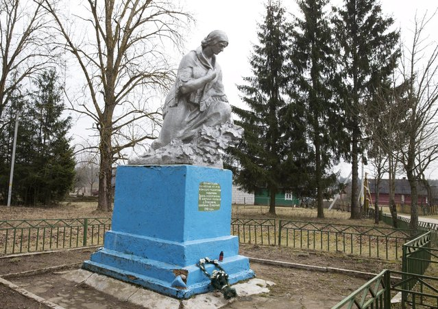 A monument dedicated to the World War Two victims is seen at a mass grave in the village of Iatoltovichi, west of Minsk, March 29, 2015. Nazi troops killed 96 villagers on February 22, 1943, in this village, according to the inscription on the monument. (Photo by Vasily Fedosenko/Reuters)