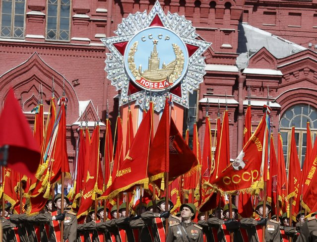 Russian servicemen dressed in historical uniforms take part in a rehearsal for the Victory Day parade in Red Square in central Moscow, Russia, May 7, 2015. (Photo by Grigory Dukor/Reuters)