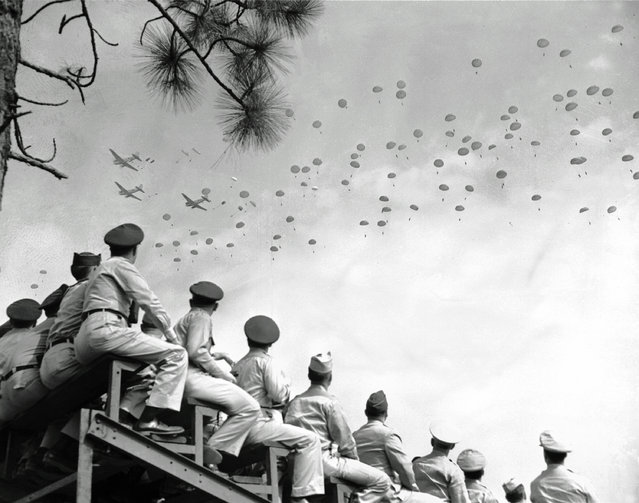 Paratroopers of the 82nd Airborne Division drop from the sky during a training exercise at Southern Pines, N.C., August 26, 1951. (Photo by AP Photo)