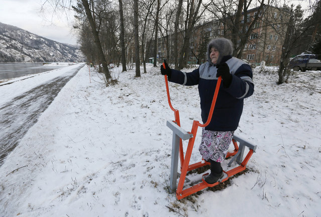 Antonina Yermokhina, 86, does physical exercises during her daily training session on the embankment of the Yenisei River in the Siberian town of Divnogorsk, Russia November 13, 2017. (Photo by Ilya Naymushin/Reuters)