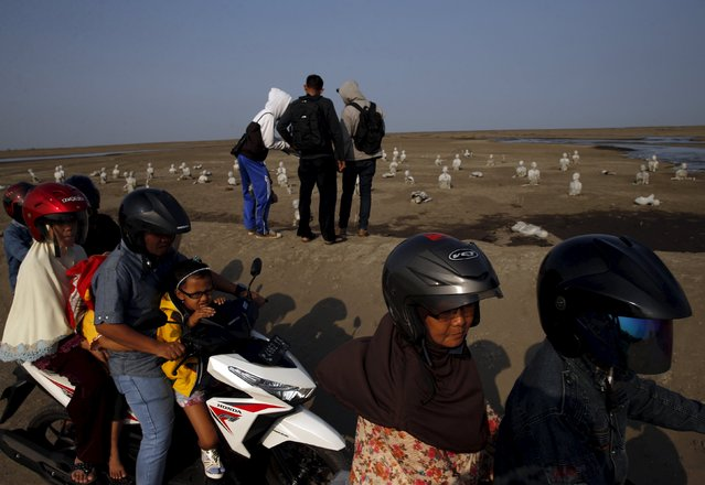 People sit on motorcycles as they visit the Lapindo mud field in Sidoarjo, October 11, 2015. (Photo by Reuters/Beawiharta)