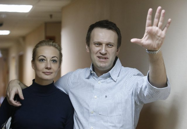 Alexei Navalny (R), Russian opposition leader and anti-corruption blogger gestures with his wife Yulia before a court hearing in Moscow December 30, 2014. (Photo by Sergei Karpukhin/Reuters)