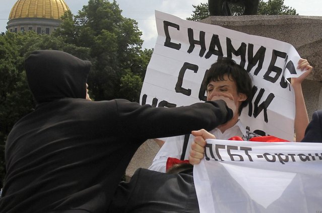 A man attacks a gay rights activist during a gay pride parade, which was unsanctioned by the city authorities, in St. Petersburg June 25, 2011. (Photo by Reuters/Stringer)