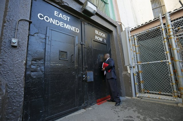 Lieutenant Sam Robinson, a public information officer at San Quentin State Prison, knocks on the door to the East Block for condemned prisoners during a media tour of California's Death Row in San Quentin, California December 29, 2015. (Photo by Stephen Lam/Reuters)