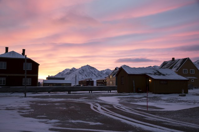 Dawn at the scientific base of Ny-Alesund, Svalbard, Norway October 14, 2015. (Photo by Anna Filipova/Reuters)