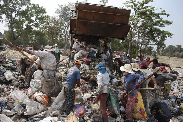 People search for usable items as a truck unloads garbage at dumpsite outside Siem Reap March 19, 2015. (Photo by Athit Perawongmetha/Reuters)