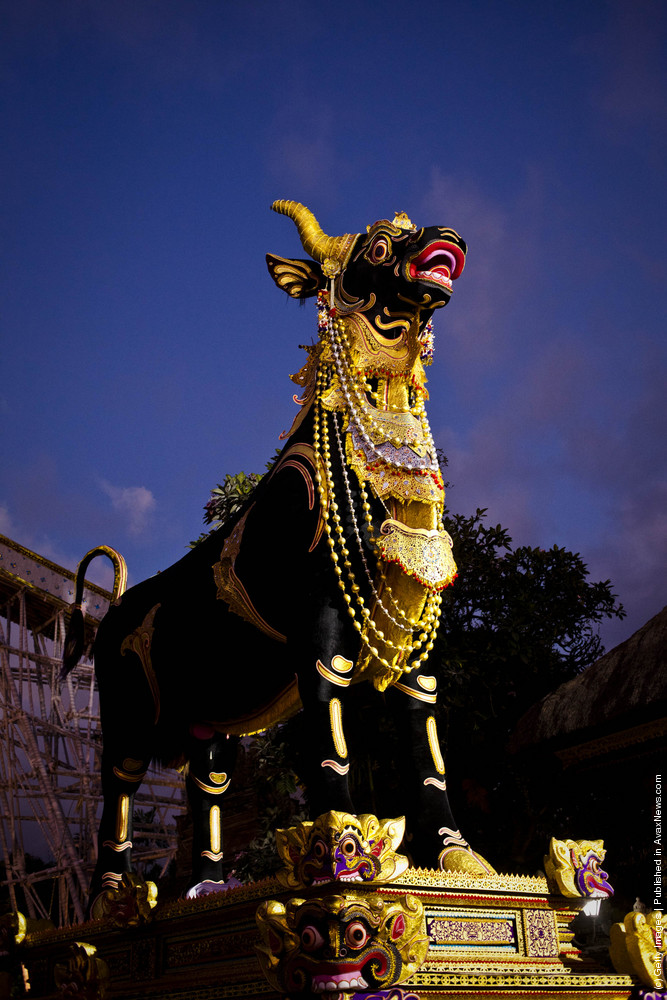 Royal Hindu Cremation Held In Bali
