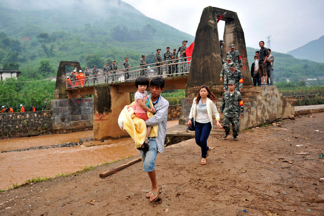 People evacuated after an earthquake hit Ludian county of Zhaotong, Yunnan province August 3, 2014. (Photo by Reuters/China Daily)
