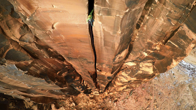 The adrenaline junkie climbing between the rock crack in Utah. (Photo by Max Seigal/Caters News)