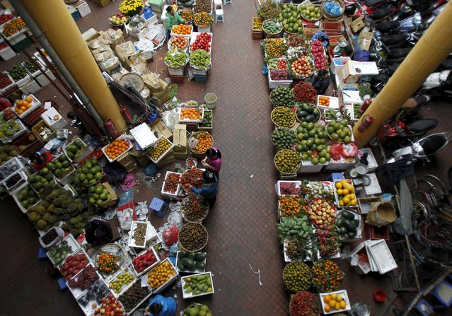 Fruit are displayed for sale at the Hom market in Hanoi in this December 5, 2012 file photo. (Photo by Reuters/Kham)