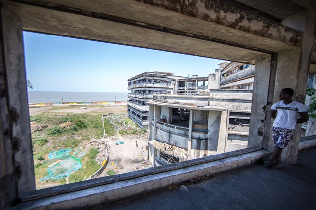 When it opened in 1955, the Grande Hotel in the Indian Ocean city of Beira was one of the most luxurious in Africa. Photojournalist Fellipe Abreu documents the lives of the 3,500 people who now fill this long-closed hotel to capacity. (Photo by Fellipe Abreu/The Guardian)