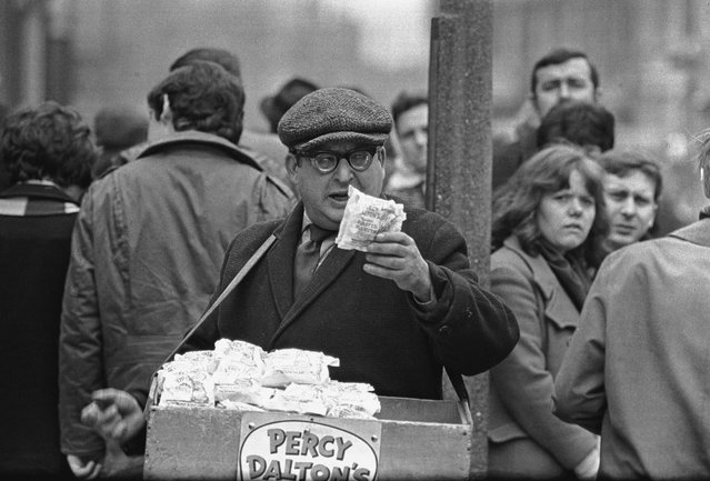 A Percy Dalton's peanut seller at the dog track in the East End of London, 1960s. (Photo by Steve Lewis/Getty Images)
