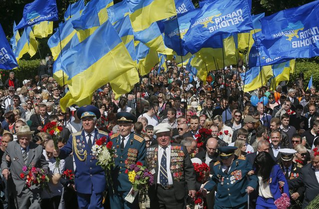 Ukrainians and WWII veterans attend Victory Day celebrating in downtown Kiev, Ukraine, 09 May 2014. (Photo by Sergey Dolzhenko/EPA)