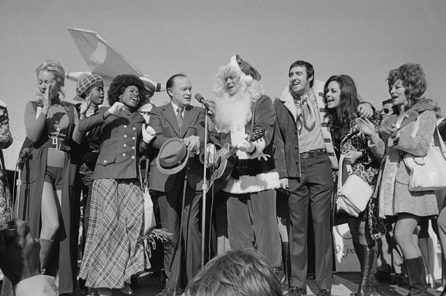 """Santa Claus in the person of Glen Campbell leads Bob Hope and members of his entertainment troupe in """"A Christmas Carol"""" December 15, 1971 in Hollywood, Calif. (Photo by AP Photo)"""