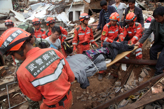 Rescuers carry an injured man after an earthquake hit Ludian county, Yunnan province August 4, 2014. (Photo by Reuters/China Daily)