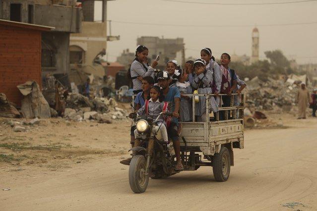 Palestinian schoolchildren ride a rickshaw motorbike during a sandstorm in Khan Younis in the southern Gaza Strip September 8, 2015. (Photo by Ibraheem Abu Mustafa/Reuters)