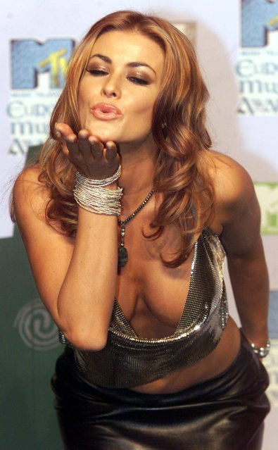 MTV award presenter Carmen Electra blows a kiss at photographers at the awards photocall, Dublin, Thursday November 11, 1999. The MTV Europe Music Awards, voted for by MTV viewers and Europe's biggest awards were held at The Point, Dublin. (Photo by Christine Nesbitt/AP Photo)