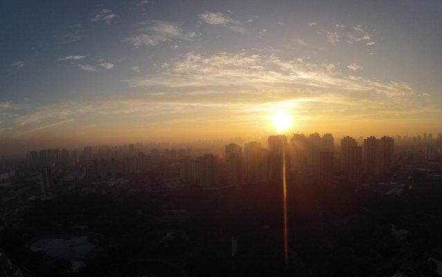 The dense smog is visible at sunrise in São Paulo, Brazil, on March 4, 2013. (Photo by Luiz Guarnieri/Brazil Photo Press/Estadão Conteúdo)