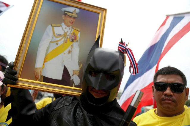 A royalist dressed-up as Batman holds a picture of Thailand's King Maha Vajiralongkorn, near the Royal Plaza in Bangkok, Thailand, October 14, 2020. (Photo by Athit Perawongmetha/Reuters)