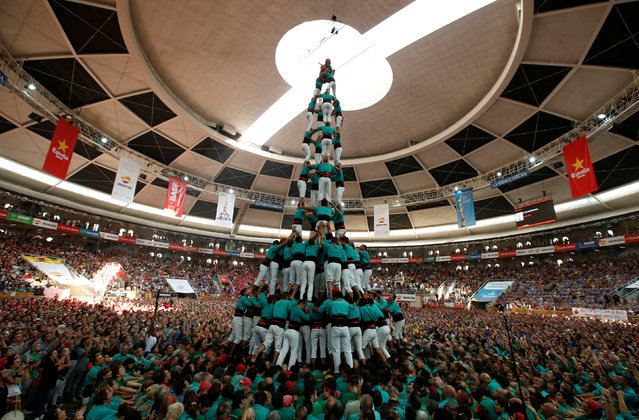 """Castellers de Vilafranca form a human tower called """"castell"""" during a biannual competition in Tarragona city, Spain, October 2, 2016. (Photo by Albert Gea/Reuters)"""