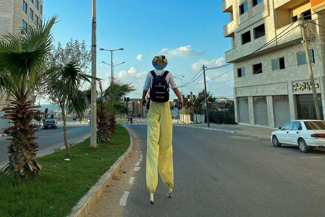 A Palestinian clown on stilts walks on a street amid the outbreak of the coronavirus disease (COVID-19), in Gaza City on November 20, 2020. (Photo by Suhaib Salem/Reuters)