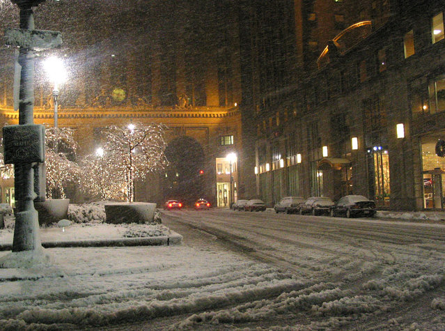 A few lone drivers brave the snowy weather conditions in New York during a windy snow storm that covered the tri-state area, Wednesday, December 25, 2002. (Photo by Larry Levine/AP Photo)