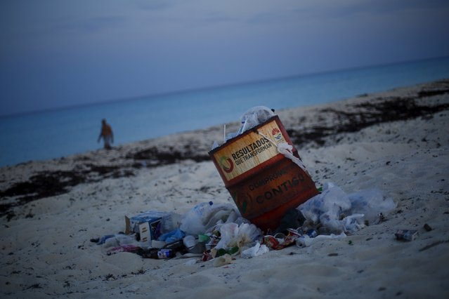 A trash can is seen on a beach in Cancun, August 14, 2015. (Photo by Edgard Garrido/Reuters)