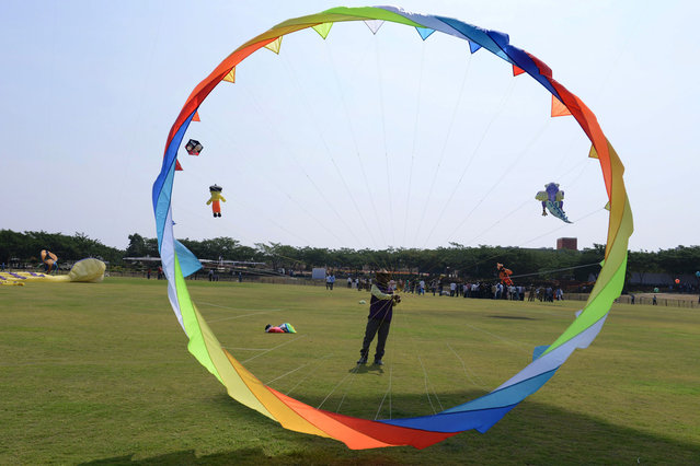 An Indian participant flies a kite on the first day of the International Kite Festival 2016 in Hyderabad on January 14, 2016. Participants from across India and over a dozen countries are taking part in the two-day International Kite Festival at the Aga Khan Academy campus. (Photo by Noah Seelam/AFP Photo)
