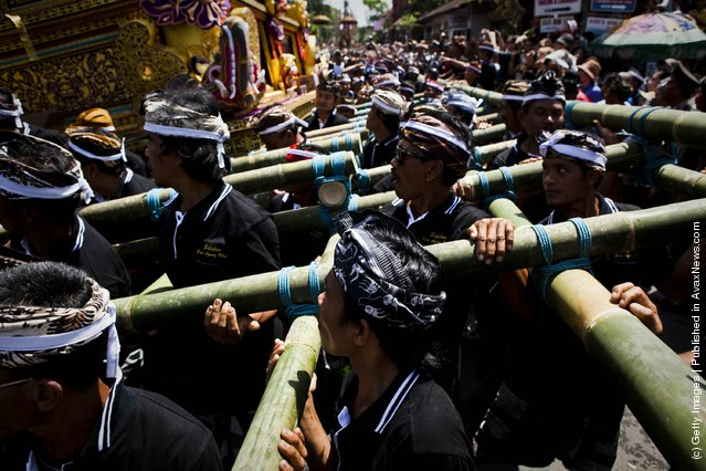 Royal Hindu Cremation Held In Bali