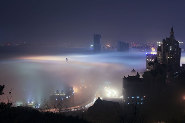 The night scenery of advection fog appearing in coastal areas in Dalian, northeast Chinas Liaoning Province. (Photo by Caters News)