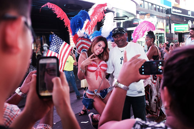 A semi-nude model poses for a photo in Times Square on August 19, 2015 in New York City. (Photo by Spencer Platt/Getty Images)