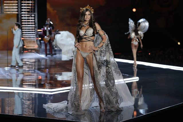 Model Taylor Hill wears a creation during the Victoria's Secret fashion show at the Mercedes-Benz Arena in Shanghai, China, Monday, November 20, 2017. (Photo by Andy Wong/AP Photo)