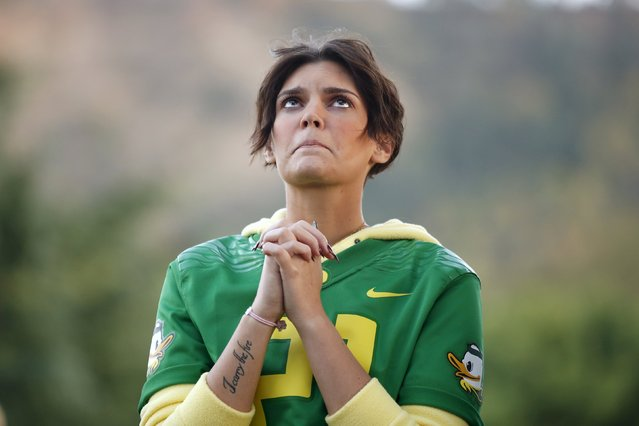 Brittany Gaddis prays during a candlelight vigil for victims of the Umpqua Community College shooting, in Winston, Oregon, United States, October 3, 2015. The gunman who killed his English professor and eight others at an Oregon community college committed suicide after a shootout with police who were on the scene within five minutes and exchanged fire with him almost immediately, authorities said. (Photo by Lucy Nicholson/Reuters)