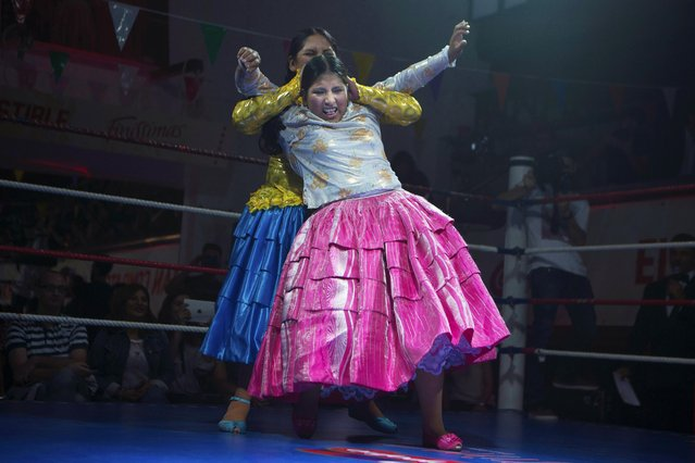"Yenny Mamani ""Marta la Altena"" rear, grabs Leonor Cordova ""Angela la Simpatica"" in a hold during a Bolivian wrestling Cholitas fight in Madrid, Spain, Thursday October 8, 2015. Cholitas are indigenous women who wear traditional  pollera skirts and embroidered shawls. (Photo by Paul White/AP Photo)"