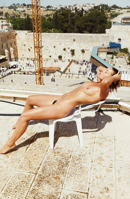 The nude model jailed for a photoshoot inside an Egyptian temple has caused outrage once again after posing naked in front of the holy Wailing Wall in Jerusalem. Belgian model Marisa Papen became the centre of a worldwide controversy when she was imprisoned for the night after posing naked in the vast temple complex of Karnak near the Egyptian city of Luxor. Here: Marisa Papen in front of the Wailing Wall. (Photo by Mathias Lambrecht/Marisa Papen/CEN)