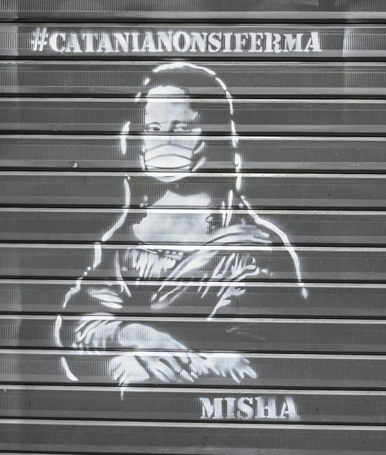 A work of street art #Catanianonsiferma (Catania does not stop) draws the Mona Lisa with the coronavirus mask. on March 21, 2020 in Catania, Italy. Catania, like the rest of Italy, is facing the Coronavirus emergency. Today in Sicily the balance sheet is 458 positive cases with a growth of 79 units. Six deaths. Throughout Italy, the infected are always on the rise despite the lockdown imposed on citizens. (Photo by Fabrizio Villa/Getty Images)