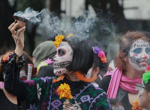 "People participate in the the parade of ""Catrinas"", in Mexico City, Mexico, 22 October 2017. (Photo by Mario Guzman/EPA/EFE)"