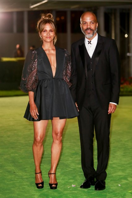 Actor Halle Berry and singer-songwriter Van Hunt pose at the Academy Museum of Motion Pictures gala in Los Angeles, California, U.S. September 25, 2021. (Photo by Ringo Chiu/Reuters)