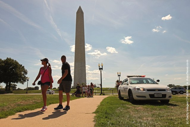 U.S. Park Police work to keep people away from the area surrounding the Washington Monument after a 5.8 magnitude earthquake