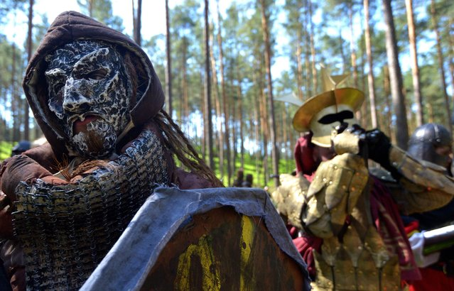 """Fans dressed as characters from """"The Hobbit"""" book wait for the battle in the forest near the village of Doksy, some 80 km from Prague on June 6, 2015. (Photo by Michal Cizek/AFP Photo)"""