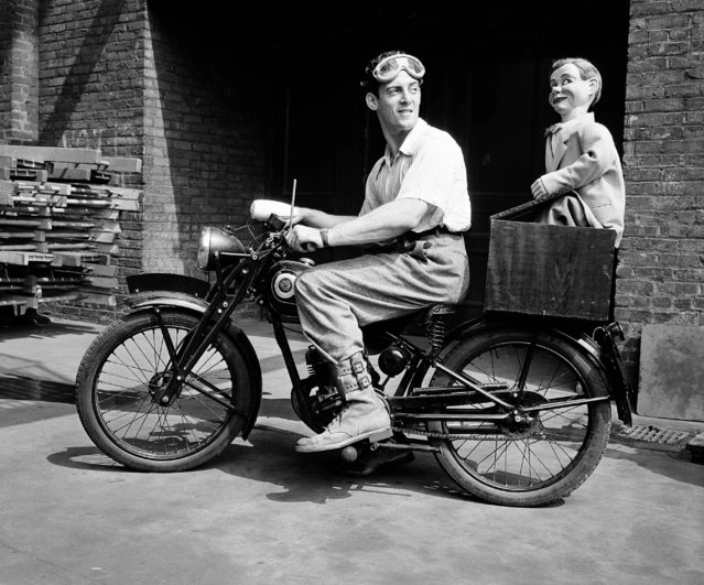 Ventriloquist Paul Winchell, 24, prepares for a solo, cross-country trip on his motorcycle to visit his folks in Los Angeles, in New York, August 25, 1947. He says his dummy, Jerry Mahoney, would like to go along as a handlebar rider, but he doesn't believe he's strong enough to make it. (Photo by Ed Ford/AP Photo)