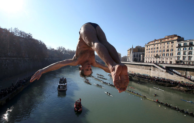 Marco Fois of Italy dives into the Tiber River from the Cavour bridge, as part of traditional New Year celebrations, Rome, Italy, January 1, 2017. (Photo by Alessandro Bianchi/Reuters)
