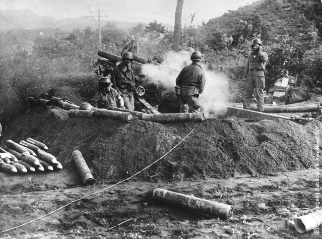 An American gun crew firing a 105 mm Howitzer during the Korean War, 4th August 1950
